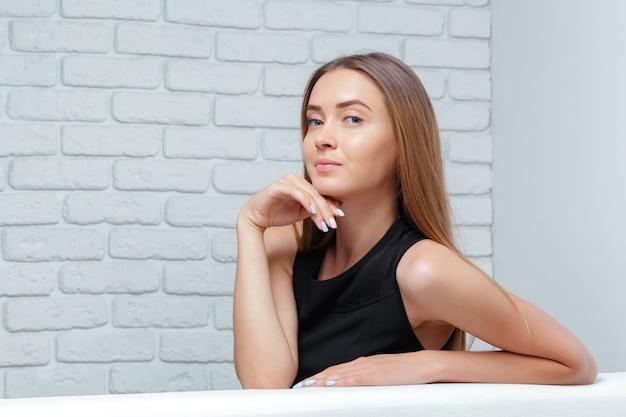 Schöne geschäftsfrau sitzt auf sofa Premium Fotos