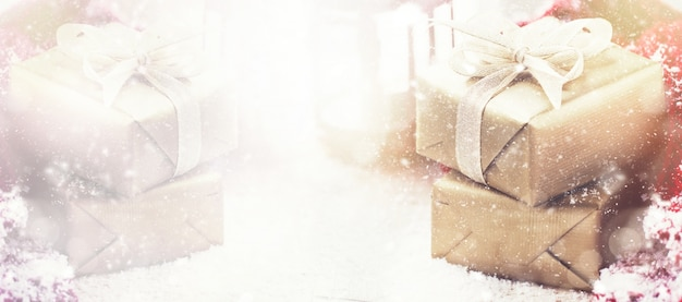Schöne geschenk-boxen mit weihnachten requisiten auf pastell hintergrund Kostenlose Fotos