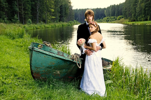 Schöne glückliche junge braut und bräutigam Premium Fotos