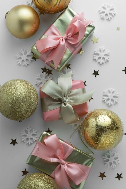 Schöne goldene geschenke gloden flitter auf weiß. weihnachten, party, geburtstag hintergrund. feiern sie shinny überraschungskästen copyspace. kreative flachlage draufsicht. Premium Fotos