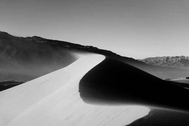 Schöne graustufenaufnahme einer wüste Kostenlose Fotos