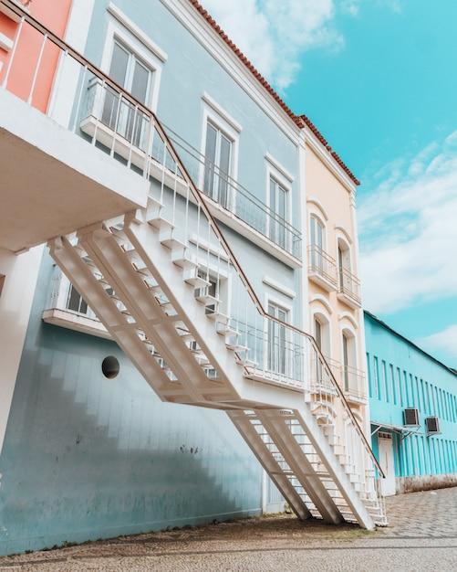 Schöne helle bunte architektur einer küstenstadt Kostenlose Fotos