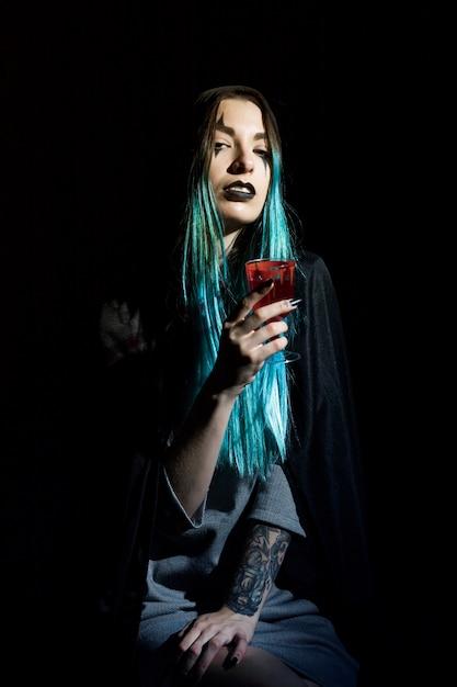 Schöne hexe mit blutigem becher Kostenlose Fotos