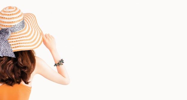 Schöne hübsche frau, die einen strohhut und einen sexy anzug lokalisiert trägt Premium Fotos