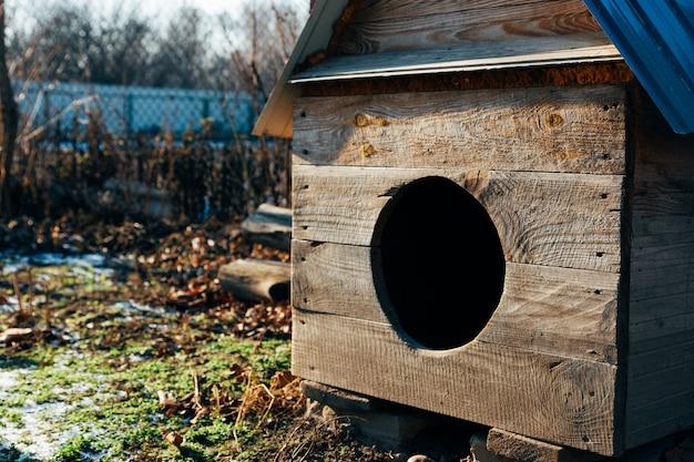 Schöne hundehütte aus massivem holz im garten Premium Fotos