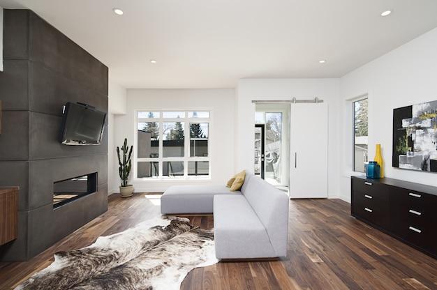 Schöne innenaufnahme eines modernen hauses mit weißen entspannenden wänden und möbeln und technologie Kostenlose Fotos