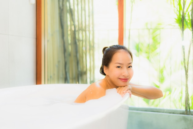 Schöne junge asiatische frau des porträts in der badewanne für nehmen ein bad Kostenlose Fotos