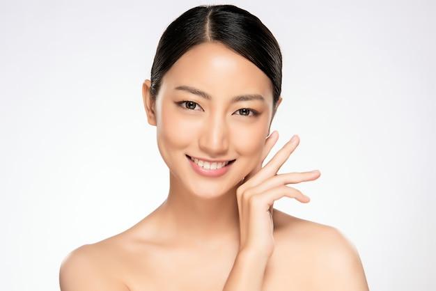 Schöne junge asiatische frau mit sauberer frischer haut Premium Fotos