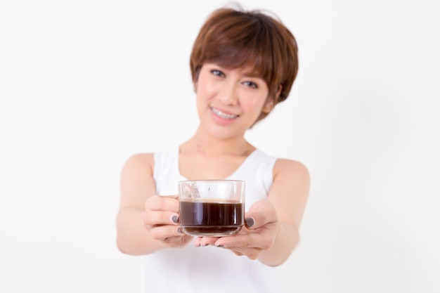 Schöne junge asien-frau mit einem tasse kaffee Premium Fotos