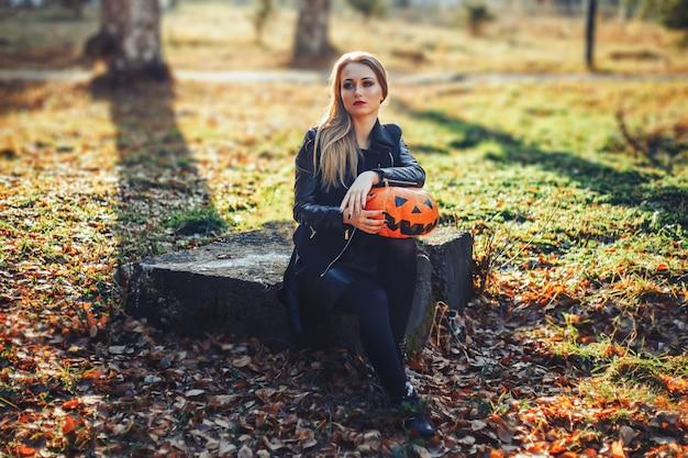 Schöne junge blonde frau mit extravagantem make-up in einer schwarzen lederjacke Premium Fotos