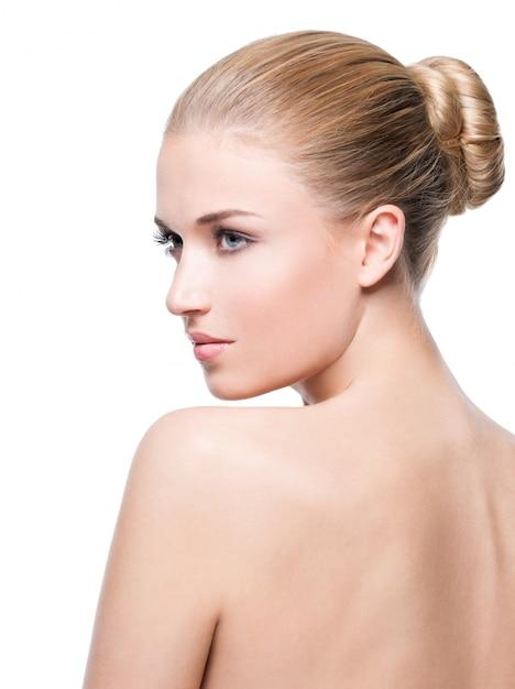 Schöne junge blonde frau mit perfekter haut Premium Fotos
