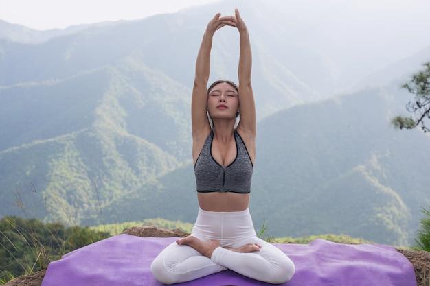 Schöne junge frau, die auf ihn meditiert und trainiert. Kostenlose Fotos
