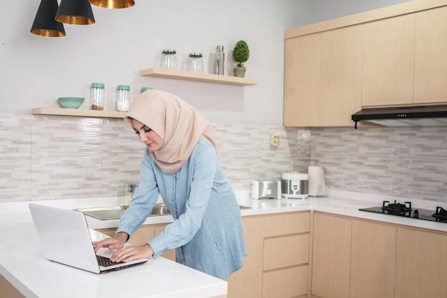Schöne junge frau, die hijab trägt, der eine tasse kaffee whi trinkt Premium Fotos
