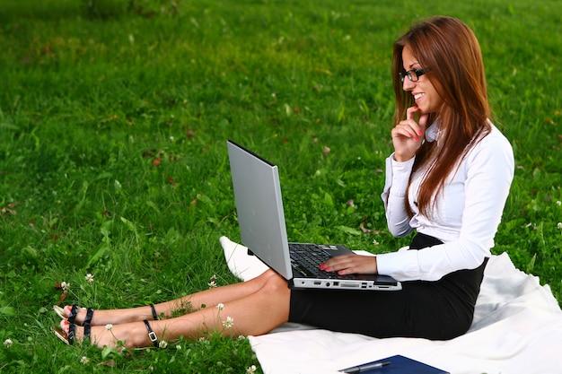 Schöne junge frau, die im park studing ist Kostenlose Fotos