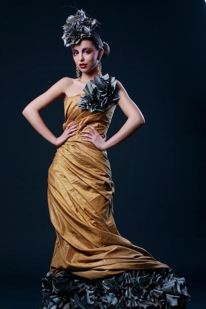 Schöne junge frau im stilvollen kleid Kostenlose Fotos