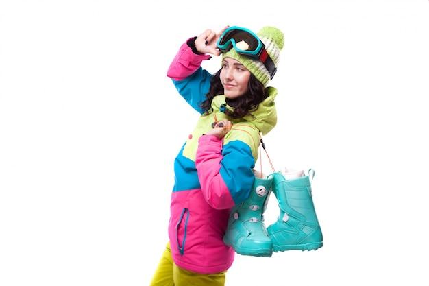 Schöne junge frau in den blauen schneeschuhen der skiausstattung und der skischutzbrillen Premium Fotos