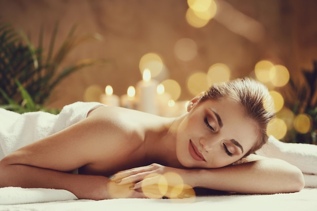 Schöne junge frau liegend und wartend auf ihre massage. spa-konzept Kostenlose Fotos