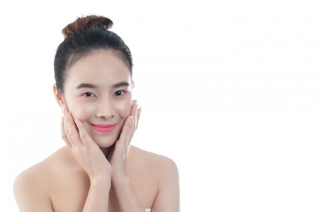 Schöne junge frau mit einem glücklichen lächeln gesichtsausdrücke und gesten eigenhändig, schönheitskonzepte und badekurort Kostenlose Fotos