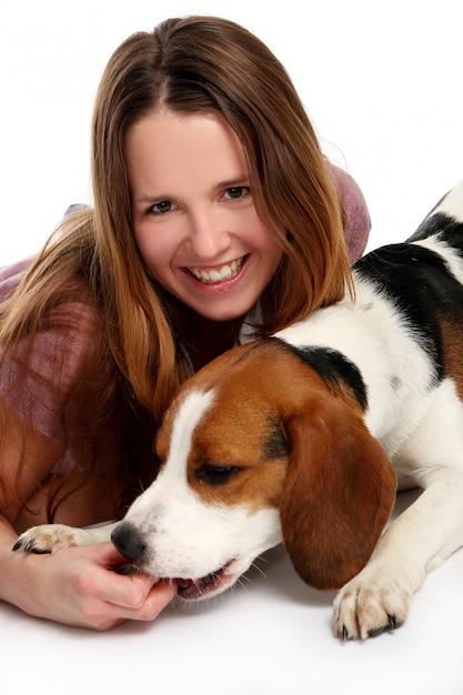 Schöne junge frau mit hund   Kostenlose Foto