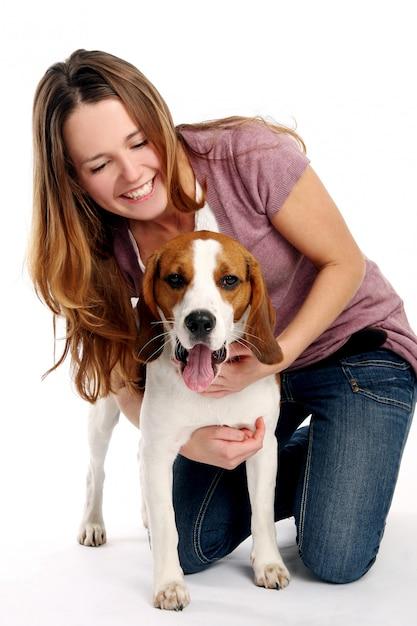 Schöne junge frau mit hund | Kostenlose Foto