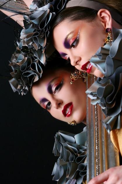 Schöne junge frau mit kreativem bilden Kostenlose Fotos