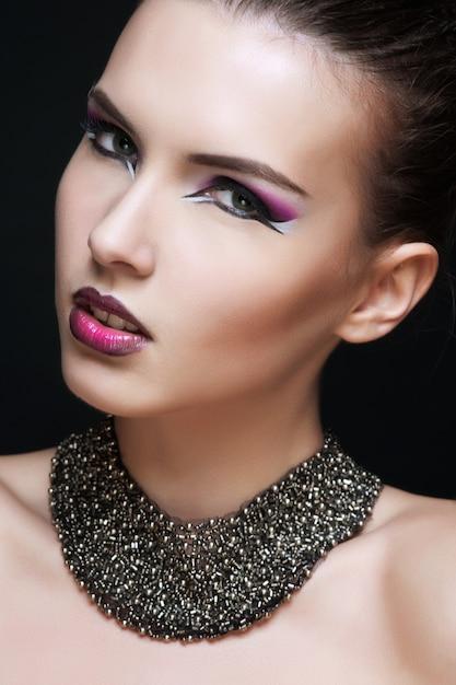 Schöne junge frau mit langem haar und schmuck. Premium Fotos