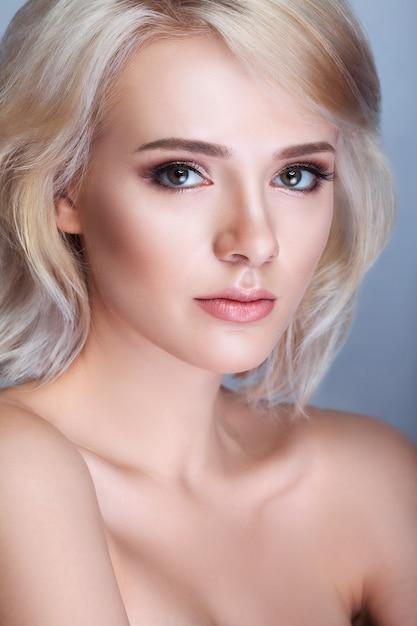 Schöne junge frau mit sauberer frischer haut berühren eigenes gesicht, gesichtsbehandlung, kosmetologie, schönheit und spa, Premium Fotos