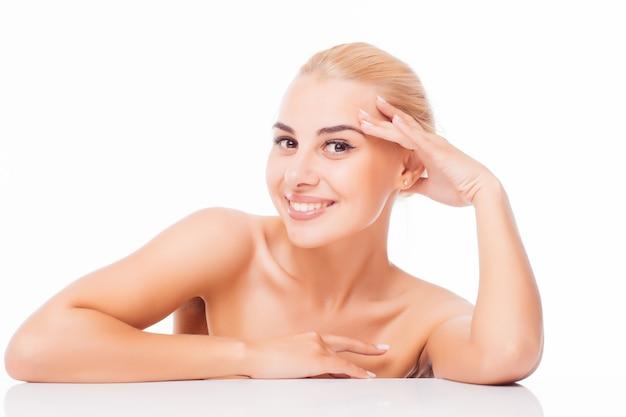 Schöne junge frau mit sauberer frischer haut berühren eigenes gesicht. gesichtsbehandlung . kosmetologie, schönheit und spa. Kostenlose Fotos