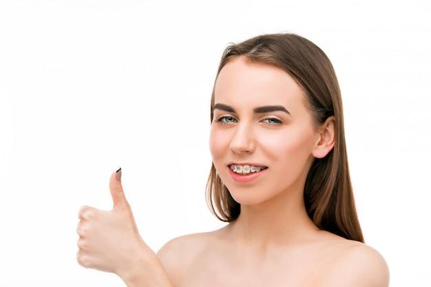 Schöne junge frau mit zahnspangen Kostenlose Fotos