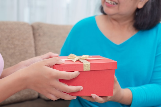 Schöne junge frauen geben den müttern geschenke. Kostenlose Fotos
