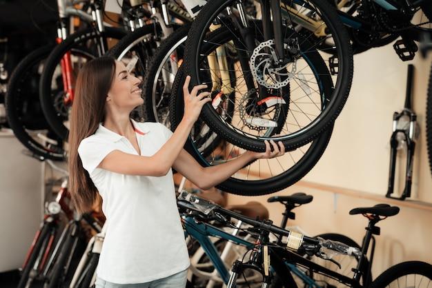 Schöne junge frauen-show-reihe von modernen fahrrädern Premium Fotos