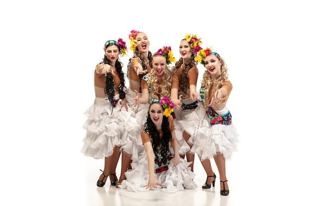 Schöne junge kaukasische frauen in karnevals- und stilvollen maskeradenkostümen Kostenlose Fotos