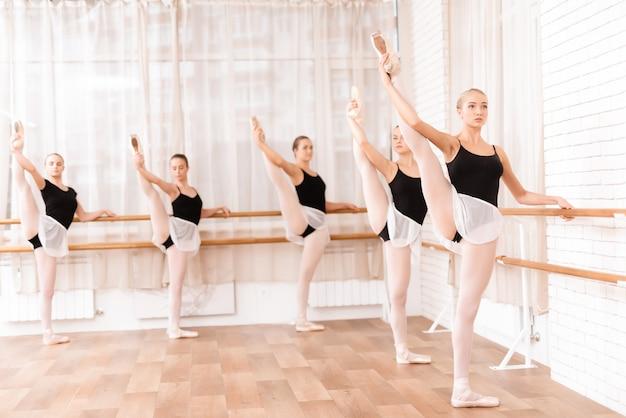 Schöne junge mädchen bilden in der halle für ballett aus. Premium Fotos
