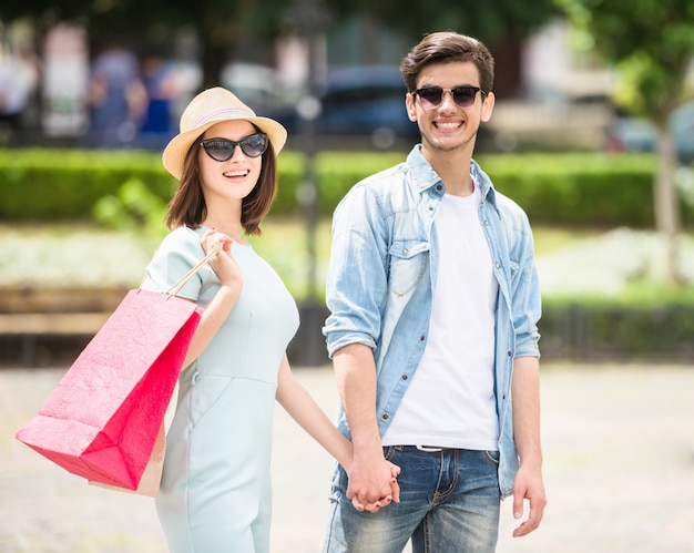 Schöne junge paare, die zusammen kaufen haben. Premium Fotos