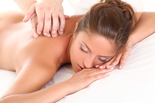 Schöne kaukasische frau genießen massage Kostenlose Fotos