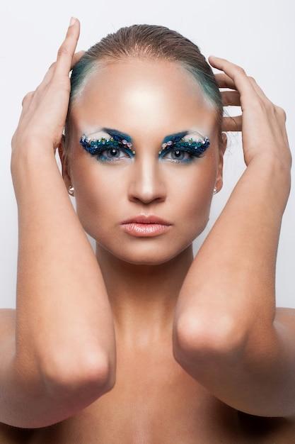 Schöne kaukasische frau mit künstlerischem make-up Kostenlose Fotos