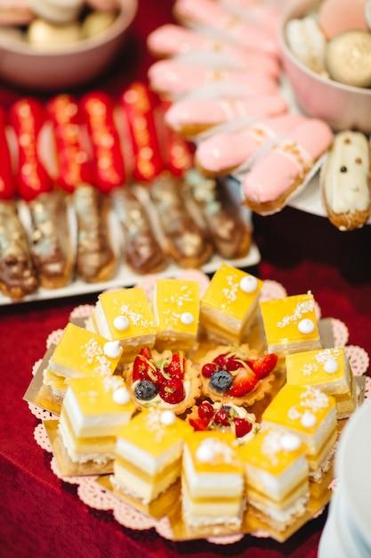 Schöne kuchen sind auf einem teller auf einem festlichen tisch Kostenlose Fotos