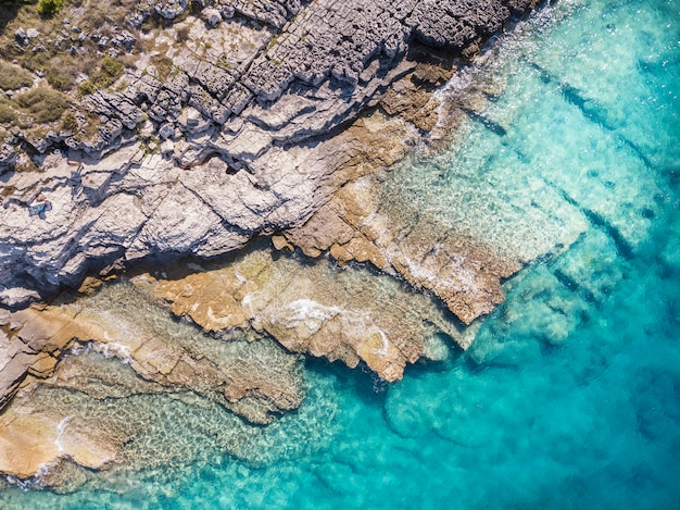 Schöne küste von einer drohnenansicht Premium Fotos