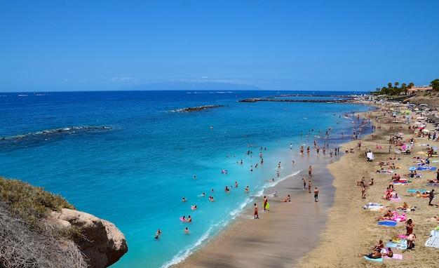 Schöne küstenansicht des strandes el duque in costa adeje, teneriffa, kanarische inseln, spanien. sommerurlaub oder reisekonzept. Premium Fotos