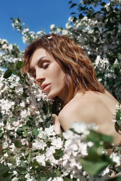 Schöne kunstfrau in niederlassungen apfelbaum Premium Fotos