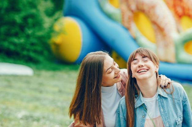 Schöne ladys gehen in den park. Kostenlose Fotos