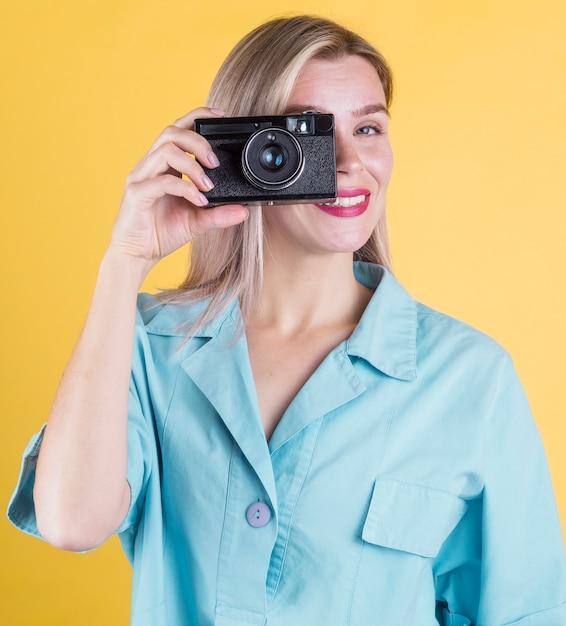 Schöne lächelnde frau, die ein foto macht Kostenlose Fotos