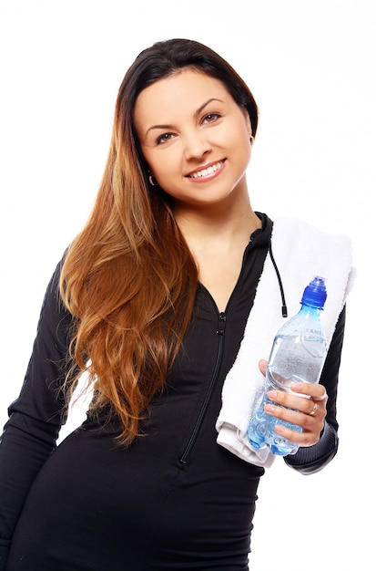 Schöne lächelnde frau mit flasche wasser Kostenlose Fotos