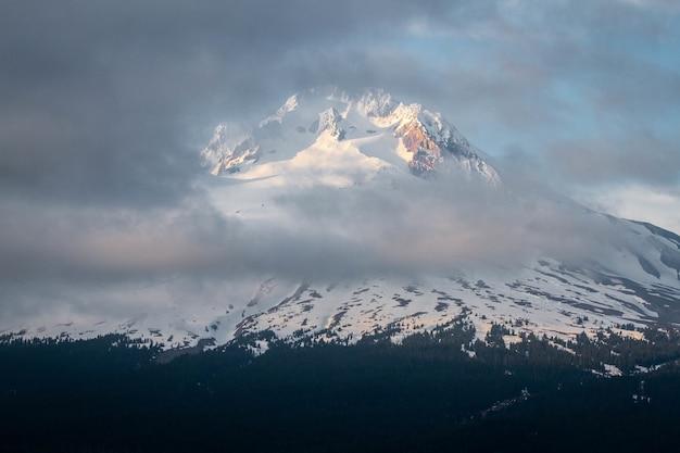 Schöne landschaft der wolken, die den berg hood bedecken Kostenlose Fotos