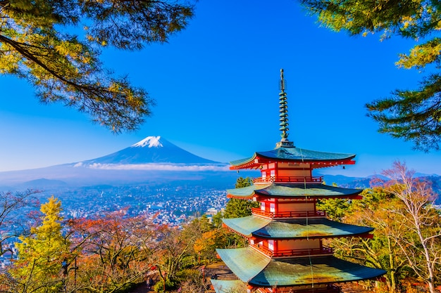 Schöne landschaft des berges fuji mit chureito pagode um ahornblattbaum im herbst Premium Fotos