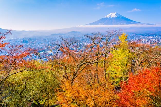 Schöne landschaft des berges fuji um ahornblattbaum in der herbstsaison Premium Fotos