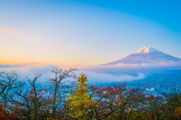 Schöne landschaft des berges fuji um ahornblattbaum in der herbstsaison Kostenlose Fotos