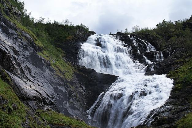 Schöne landschaft des kjosfossen-wasserfalls in myrdal, norwegen Kostenlose Fotos