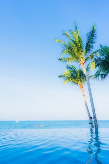 Schöne landschaft des swimmingpools im hotelerholungsort Kostenlose Fotos