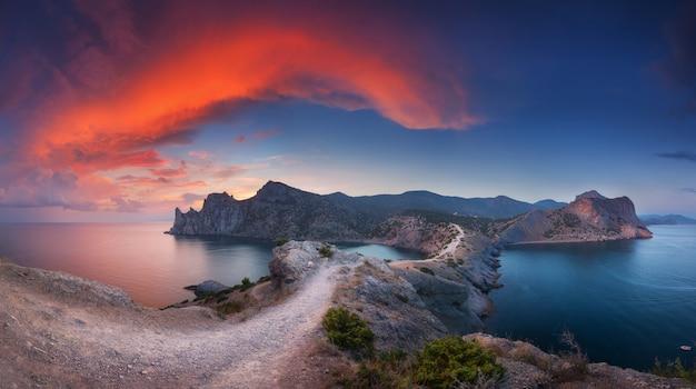 Schöne landschaft mit bergen, meer bei sonnenuntergang Premium Fotos